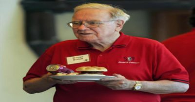 warren buffet with his buffet plate